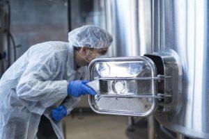 mujer trabajando en la limpieza de la industria alimentaria