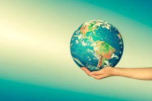Humanos dando la mano al mundo para hacerlo mejor mediante los objetivos de desarrollo sostenible