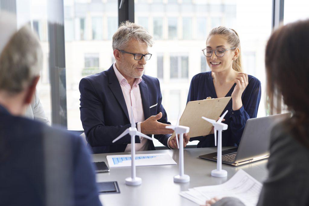 Empresarios que hablan de cómo convertirse en una empresa sostenible