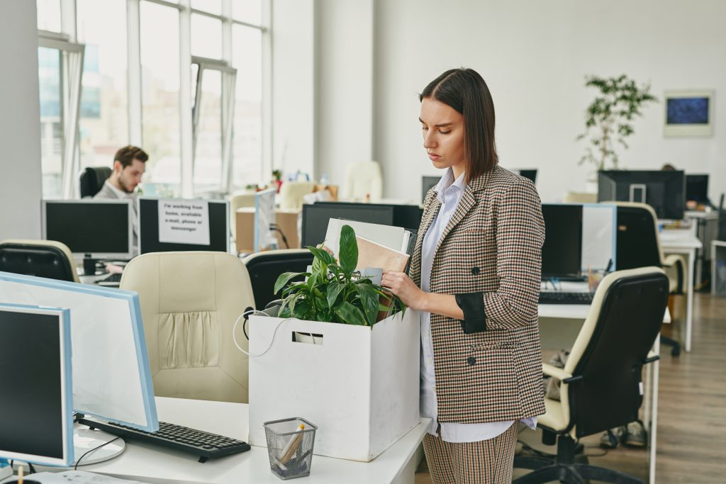 Mujer que se dedica a hacer que su negocio sea ecológico