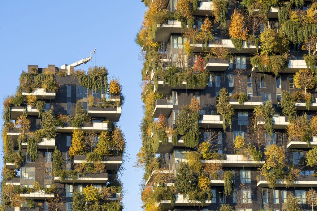 Edificios con jardines verticales en ciudad